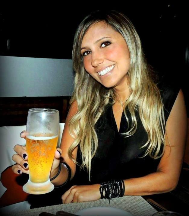 Eu e meu copo de Heineken. Detalhe para a pulseira da Espaço Fashion e os cabelos com efeito descabelados (miracurl + pente depois)
